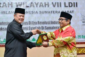 Ketua Umum LDII Prof Abdullah Syam memberikan plakat kepada Wakil Gubernur Sumatera Barat Nasrul Abit dalam Muswil VII LDII Sumatera Barat