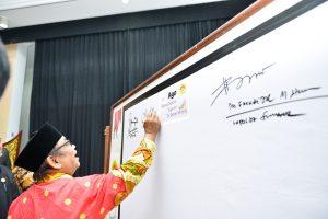 Ketua Umum LDII Prof Abdullah Syam menandatangani petisi dukungan penguatan ekonomi syariah di Sumatera Barat dalam Muswil VII LDII Sumbar